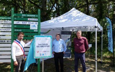 """Les premiers panneaux """"Zone d'activités 100% FIBRE OPTIQUE"""" du réseau de Val de Loire Numérique ont été posés aux entrées de la Zone des Cousseaux et du Technoparc de Salbris"""